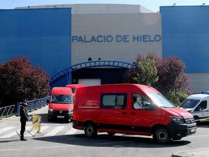 Efectivos de Unidad Militar de Emergencias (UME) trasladan a los fallecidos por el coronavirus al Palacio de Hielo de Madrid.