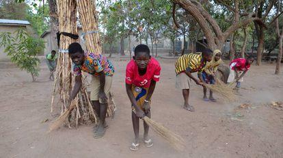 Los estudiantes de la escuela de oficios de Kpari (Benín) limpian la escuela cada día antes de comenzar la lección.