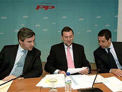 Ángel Acebes, Mariano Rajoy y Eduardo Zaplana, en la reunión, ayer, de todos los diputados y senadores del PP.
