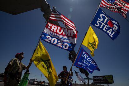 Simpatizantes de Trump afuera del coliseo de Phoenix donde se llevó a cabo la auditoría en mayo.