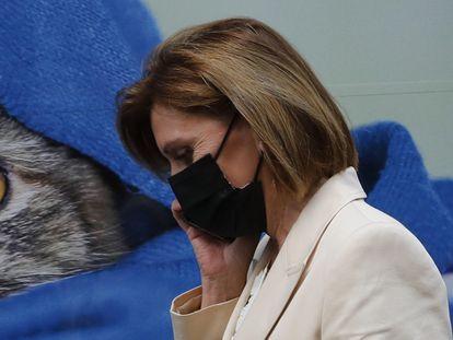 La exsecretaria general del PP, María Dolores de Cospedal, abandona la comisión parlamentaria que investiga la presunta trama parapolicial para espiar al extesorero del PP Luis Bárcenas en el Congreso, este jueves en Madrid.