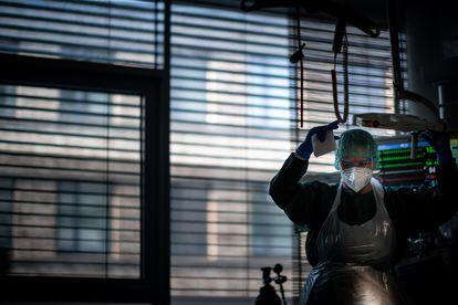 Una trabajadora sanitaria asiste a un enfermo de coronavirus en la unidad de cuidados intensivos de un hospital de Essen (Alemania) a finales de septiembre.