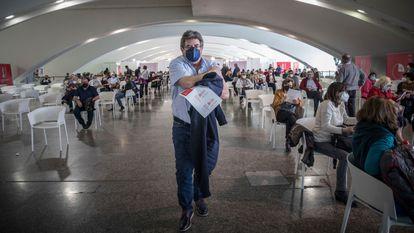 Una persona tras recibir la vacuna, en el primer día de la vacunación masiva en Valencia, este lunes.