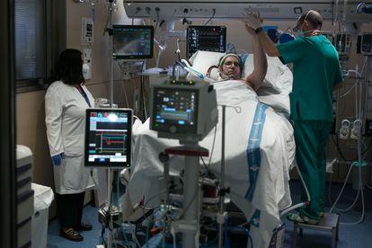 Un fisioterapeuta atiende a un paciente de 33 años ingresado por covid-19 que lleva en la UCI tres meses.