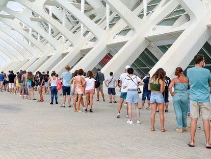 Decenas de adolescentes hacen cola para vacunarse en la Ciudad de las Artes de Valencia.