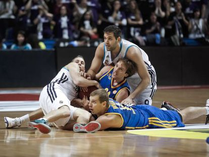 Reyes y Carroll pugnan por el balón contra Planinic y Monya.
