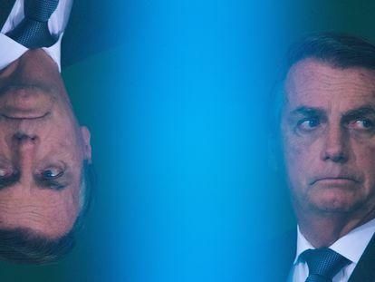 El presidente Jair Bolsonaro (y su reflejo), el lunes en el Palacio de Planalto, sede del Gobierno federal brasileño, en Brasilia.