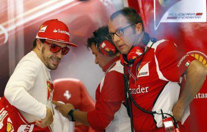 Domenicali charla con Alonso en el box de Ferrari.