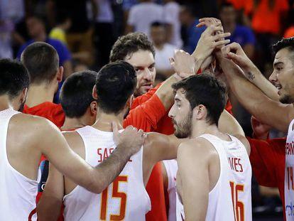 Los jugadores de España celebran el triunfo ante Montenegro