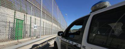 Un vehículo de la Guardia Civil en la puerta por donde se hacen la mayoría de las expulsiones de inmigrantes a Marruecos de forma ilegal.
