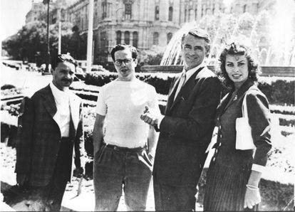 """Desde la izquierda, el periodista Jaime Arias, Enrique Herreros, Cary Grant y Sophia Loren, un domingo ante La Cibeles durante el rodaje de 'Orgullo y pasión""""."""