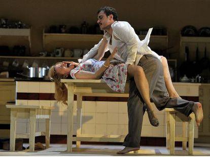 Escena de 'Senyoreta Júlia' con Cristina Genebat y Julio Manrique.