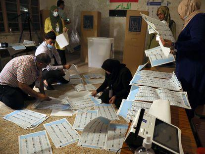 Miembros de un colegio electoral en el barrio de Karrada en Bagdad llevan a cabo un recuento manual tras las elecciones del domingo.