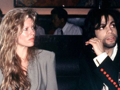 """Kim Basinger y Prince cuando fueron pareja, en 1988. """"Sólo diré que no me puse ninguna restricción durante aquella etapa"""", señala la actriz."""