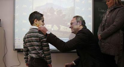 Alberto Fabra saluda a un niño durante su visita ayer al colegio Escriptor Canyís de Monòver.