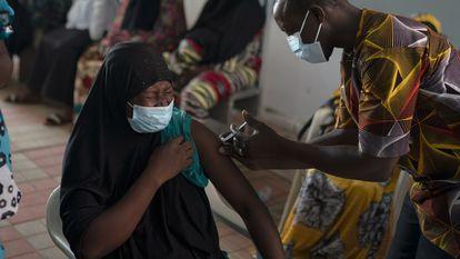 Un trabajador sanitario administra una vacuna contra la covid-19 en el hospital de Bundung en Serrekunda, Gambia, el pasado 23 de septiembre.