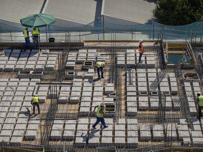 Un grupo de trabajadores de construcción en Sevilla, el 28 de julio.