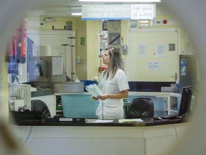 Una enfermera en la planta 12 del hospital de Bellvitge.