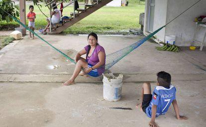 Los ocupantes más constantes de las casas son mujeres y niños, que pernoctan en las casas de cemento de lunes a viernes para asistir a la escuela.