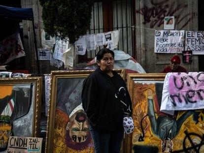 Una de las integrantes de Ni Una Más, este lunes frente a la sede de la CNDH.