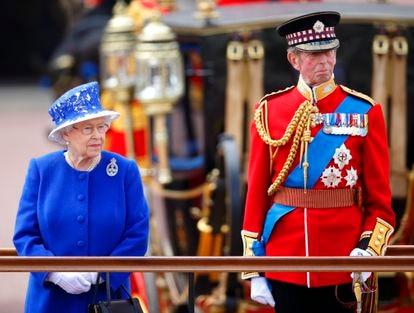 La reina Isabel y el duque de Kent durante el 'Trooping The Colour', en 2013.