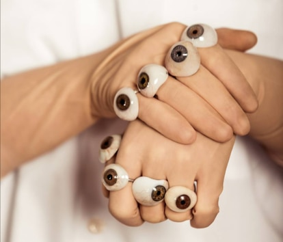 La mayoría de las prótesis oculares que se utilizan en las joyas de FEEAS son de personas que perdieron sus ojos después de la Segunda Guerra Mundial.