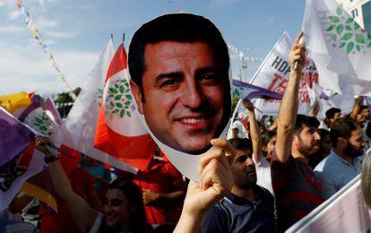 Un simpatizante del HDP muestra, en junio de 2018, una imagen del exlíder del partido Selahattin Demirtas, encarcelado desde 2016 pese a las peticiones de libertad del Tribunal de Estrasburgo