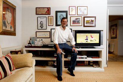 Rajoy en el rincón favorito de su casa, con fotos y caricaturas que  aprecia.