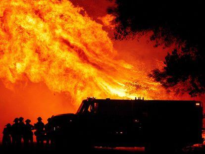 Bomberos trabajan en el incendio forestal en Oroville, California.