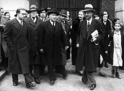 Francisco Largo Caballero (centro, sombrero oscuro), a su salida de la cárcel tras ser absuelto en el juicio por la revolución de 1934.