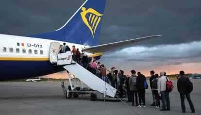 Un grupo de pasajeros sube a bordo de una nave de Ryanair.
