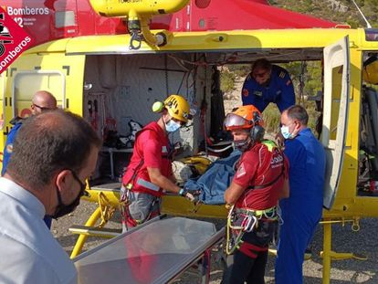 Rescate de los Bomberos del cuerpo del escalador fallecido en la cresta dels Castellets, al oeste del Puig Campana, en Finestrat.
