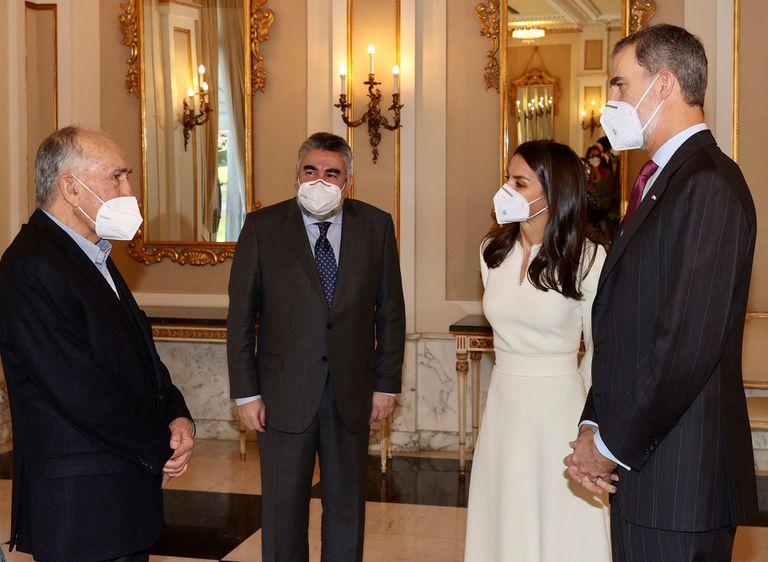 Los reyes Felipe VI y Letizia conversan con el poeta Joan Margarit en presencia del ministro de Cultura, José Manuel Rodríguez Uribes, en la entrega del Premio Cervantes.