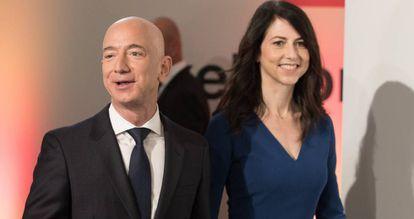 Jeff Bezos, fundador de amazon, con su entonces esposa, MacKenzie, en Berlín en abril de 2018.
