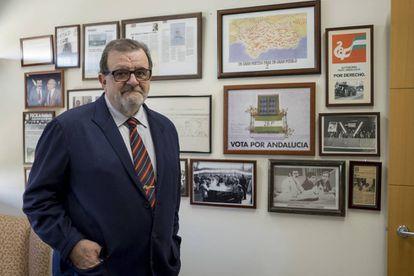 El expresidente de la Junta de Andalucía José Rodríguez de la Borbolla en su despacho profesional.