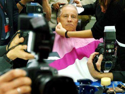 Christoph Blocher, líder de UDC, durante una sesión de maquillaje antes de una intervención televisiva, en octubre de 2003.
