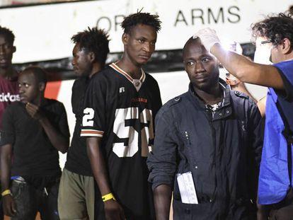 Migrantes a bordo del 'Open Arms' tras conocer la orden de desembarco. En vídeo, los 20 días a bordo del barco de la ONG.