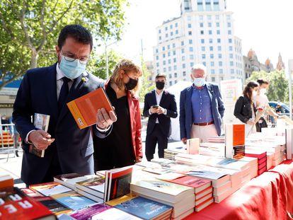 Pere Aragonès, el viernes, en una parada de libros en el Passeig de Gràcia. EFE/Quique García