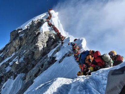 Los montañeros deberán escalar previamente un pico de 6.500 metros, presentar un certificado de aptitud física y contratar un guía local
