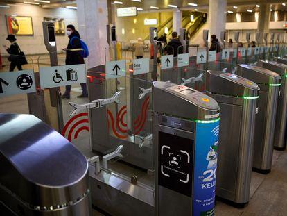 Los nuevos tornos del metro de Moscú están equipados con sistemas de reconocimiento facial. En la imagen, un cartel informa en uno de ellos en la estación de Turgenevskaya que el sistema está disponible.
