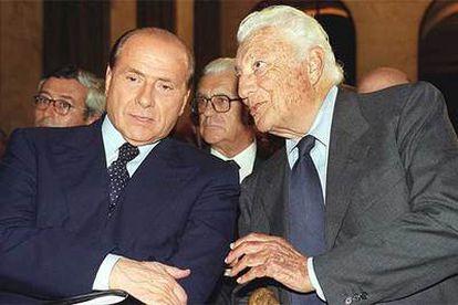 Silvio Berlusconi y Giovanni Agnelli en una reunión de empresarios en 2001.