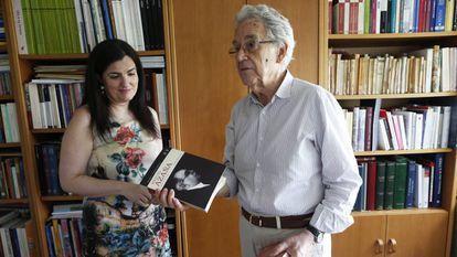 Santos Juliá, junto a la historiadora Pilar Mera, con dos volúmenes de su edición de las obras completas de Azaña, en 2018.