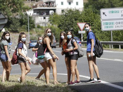 Un grupo de jóvenes de Ordizia cumplen con la nueva obligación de ponerse mascarilla en la calle.