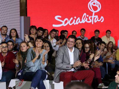 El secretario de Organización del PSOE, Óscar López, y la responsable de redes del partido, María González, en una charla coloquio celebrada en la Conferencia Política.