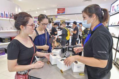 Dos clientas en una tienda de Huawei en Haikou.