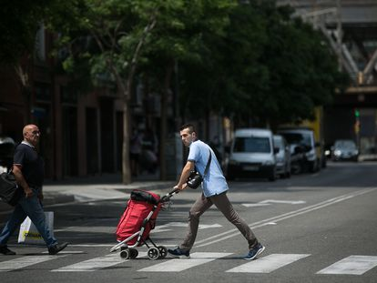 El paso de peatones de calle Riera Blanca que separa las ciudades de L'Hospitalet y Barcelona.
