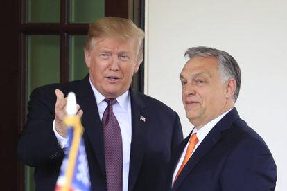 Trump (izquierda) da la bienvenida a Orbán a la Casa Blanca.
