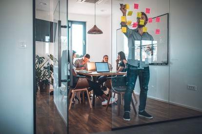 Las empresas del mundo, según el WEF, estiman que alrededor del 40% de los trabajadores requerirán una recapacitación de seis meses o menos de aquí a 2025.