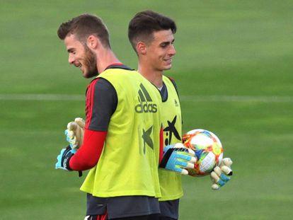 De Gea y Kepa durante un entrenamiento de la selección española antes del partido en Rumanía.
