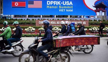 Un cartel en Hanói anuncia la cumbre entre los líderes de Corea del Norte y Estados Unidos.